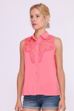 Sleeveless shirt with lace on bust